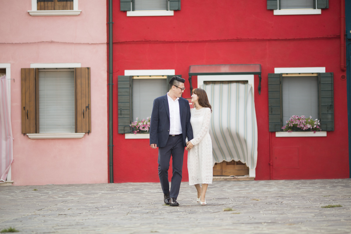 Honeymoon Portraits session Burano | Venice honeymoon Photographer Italy A very romantic and elegant Venice honeymoon portrait session at sunshine.