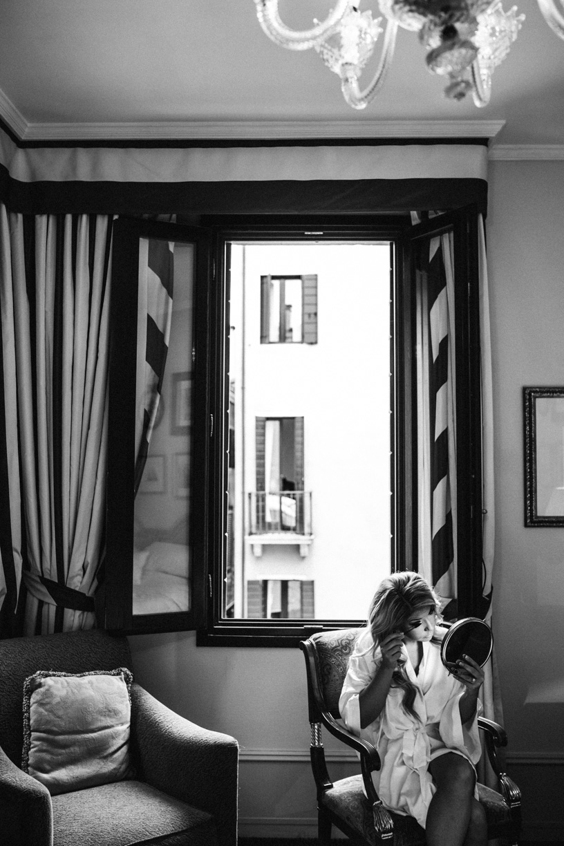 An emotional civil wedding in Venice at Palazzo Nani Bernardo with a lovely American couple. Symbolic Wedding in Italy. Wedding Photographer in Venice.